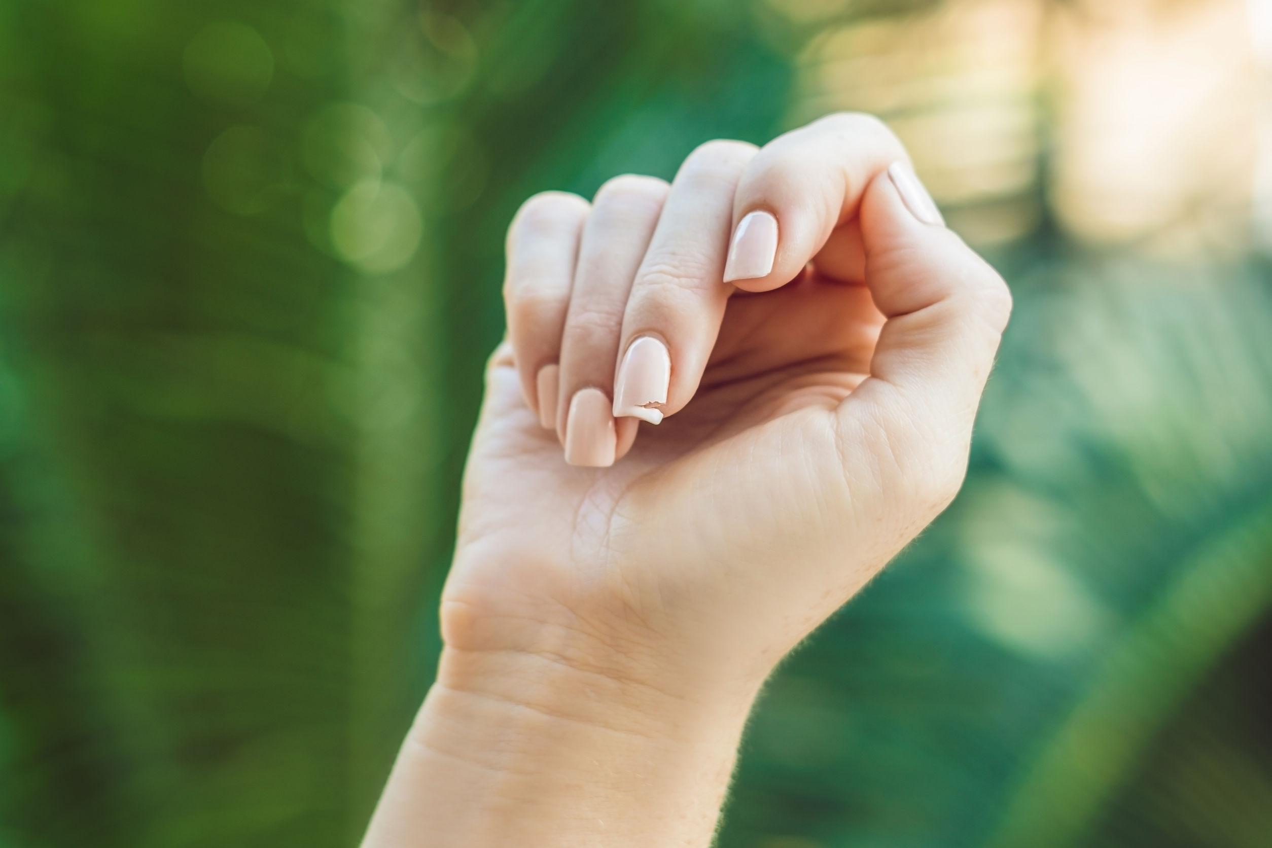 Jak uratować złamany paznokieć?