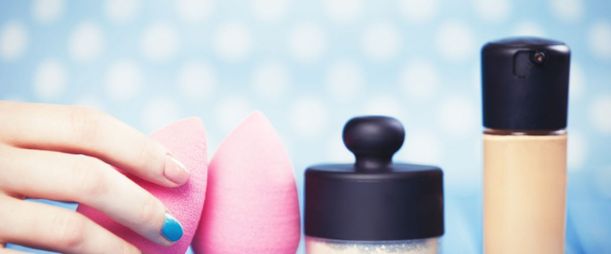 Gąbka do makijażu – jak ją wyczyścić? Poznaj 2 sprawdzone tricki!