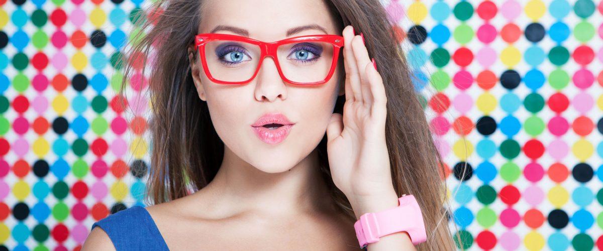 Makijaż pod okulary – jak go wykonać? 5 przydatnych wskazówek!