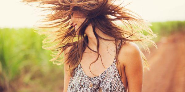 Przetłuszczające się włosy – jak je pielęgnować? Poznajcie domowe sposoby!