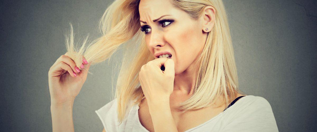 Rozdwojone końcówki włosów – jak je zregenerować? Poznaj domowe sposoby!