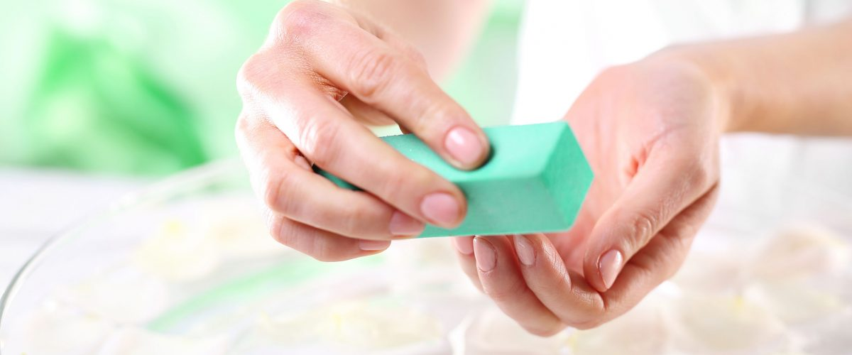 Jak ściągnąć lakier hybrydowy? Poznaj 4 szybkie i bezpieczne kroki!