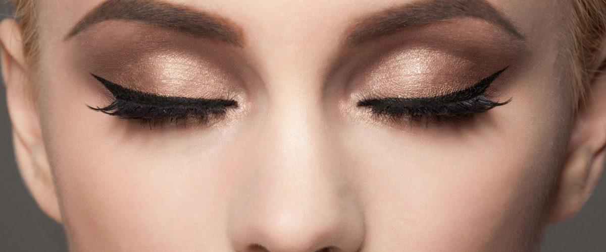 Jak zrobić kreskę na oku eyelinerem?