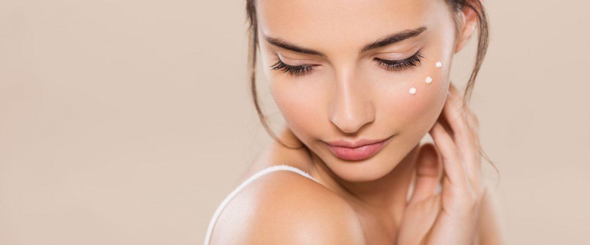 Sucha i bardzo sucha skóra twarzy – jak sobie z nią poradzić?