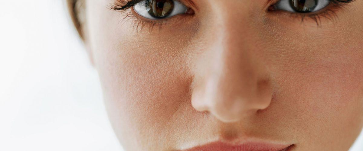 Zmarszczki pod oczami, zmarszczki na czole – od kiedy stosować kosmetyki przeciwzmarszczkowe?